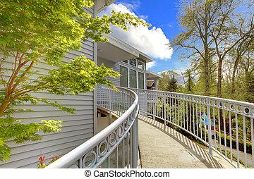 grande, grigio, esterno casa, di, moderno, casa, con, walkway.