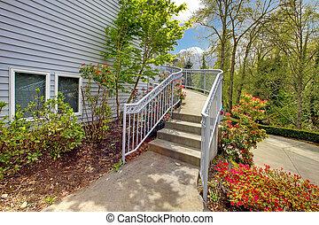 grande, gris, exterior casa, de, moderno, hogar, con, walkway.