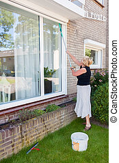 grande, janela, mulher, lavando