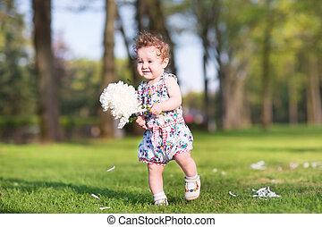 grande, pequeno, flor, menina, tocando