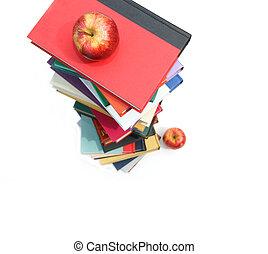 grande, pilas, de, libros, con, manzanas, blanco