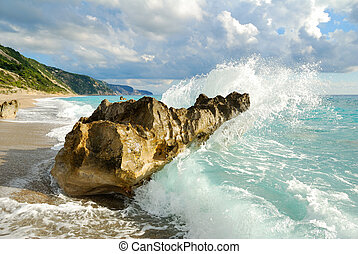 grande, quebrando onda, alto, pulverizador, mar, pedras, praia