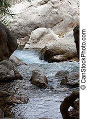 grande, rocas, en, tranquilo, río, con, agua clara