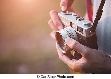 grande, suo, stile di vita, storico, parete, foto, zaino, giovane, concept., macchina fotografica, retro, fondo, fotografo, viaggiatore, place., viaggiare, presa, film, uomo