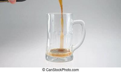 grande tasse bière verre, verser