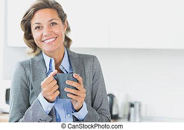grande tasse café, tenue, femme souriante
