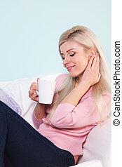 grande tasse thé, femme, assis
