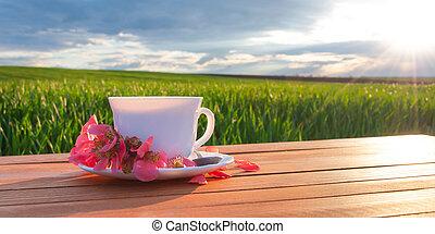 grande tasse thé, table verte, champ
