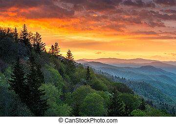 grandes montanhas esfumaçadas, amanhecer, ao ar livre,...