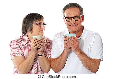 grandes tasses café, romantique coupler, tenue, personne agee