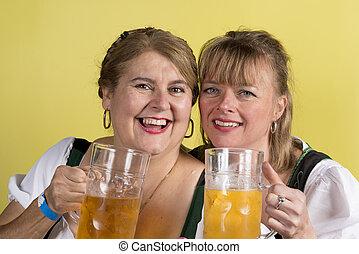 grandes tasses, deux, main, bière, dirndls, femmes, heureux