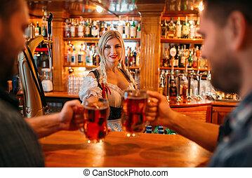 grandes tasses, deux, pub, bière, tintement, mâle, amis