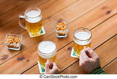 grandes tasses, haut, pub, bière, mains, fin, barre, ou