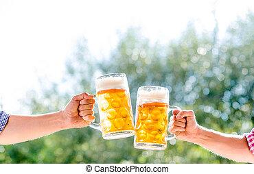 grandes tasses, hommes, deux, bière, tenant mains