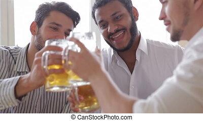 grandes tasses, pub, bière, tintement, amis, heureux