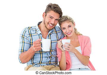 grandes tasses, séance, couple, jeune, séduisant, tenue