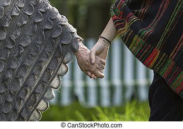 grandmoher, girl, sien, tient, main