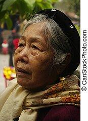 Grandmother ethnic Kinh - L\'habit traditionnel des Kinh,...