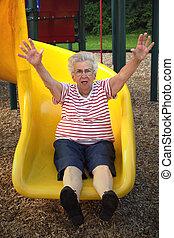 grandmother4, 滑っている