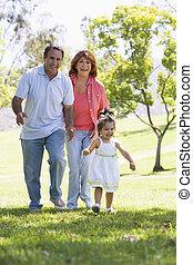 grands-parents, marche, petite-fille, parc