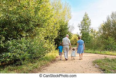 grands-parents, marche, petits-enfants, dehors
