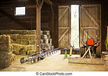 granero, interior, con, fardos de heno, y, equipo de granja