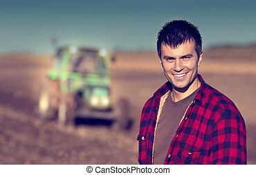 granjero, con, tractor, en, campo