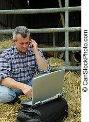 granjero, en, un, granero, con, el suyo, computador portatil