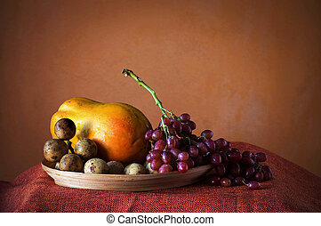 grapes and papaya on a tray.