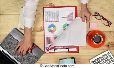 graphiques, femme, contrôler, marché, stockage