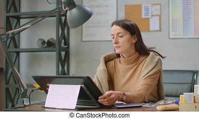 graphiques, fonctionnement, concepteur, dessin, computer., exposer, main, numérique, graphique, stylo, bureau., interactif, tablette, femme, utilisation