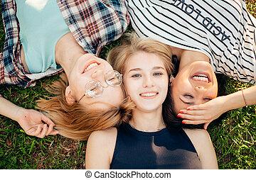 gras, groep, scholieren, tijd, best, friends., het genieten van, hebben, het liggen
