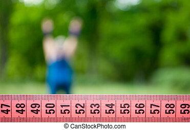 grasa, mujer, wants, para perder el peso, dieta, vista trasera, orla, entrenamiento, en, pasto o césped, imagen, hombre, figura, en, juicio azul, arbusto, árbol, tirar, el suyo, brazos, estira, torso, posición, en, el, izquierda, púrpura, blac