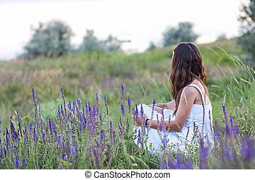 grass., mulher, sentando