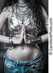 greating, estilo, mulher, ioga, verão, mudra, topo, jovem, boho, ao ar livre, maciço, mãos, colar, namaste, brilhante, gesto