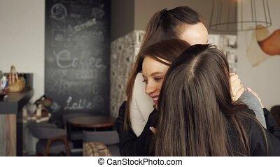 greeting., przyjaciele, trzy, razem, tulenie, cafe., spotkanie, przyjacielski, kobiety
