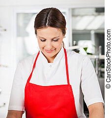 grembiule, chef, femmina, sorridente, rosso, cucina