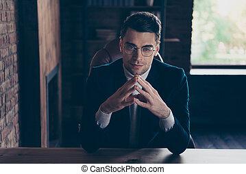 grenier, riche, lieu travail, compagnie, sien, espace de travail, directeur, agent immobilier, beau, il, branché, realestate, il, industriel, consultant, élégant, type, confiant, riche, gentil, sommet, portrait, chic, intérieur