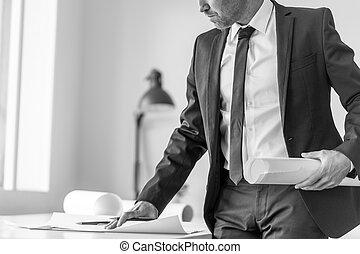 greyscale, image, de, a, homme affaires, ou, expert, écriture, observations