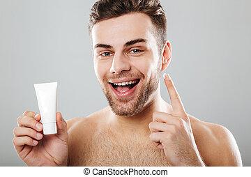 grigio, applicare, bellezza, felice, shirtless, isolato, mattina, skincare, fondo, faccia uomo, sopra, crema
