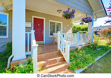 grigio, casa, veranda, con, porta rossa, e, bianco, railings.
