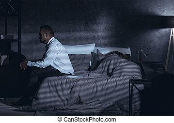 grigio, ingannando, detenere, stanza, seduta, secondo, coperchio, letto, in pausa, scuro, secondo, donna, maturo, vista, lato, pensieri, uomo
