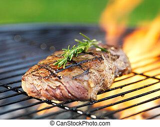 griglia, bistecca, rosmarino, fiamme