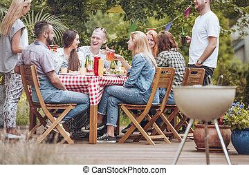 griglia, intorno, persone, legno, raccolto, mangiare, terrace., durante, divertimento, festa, bere, detenere, tavola