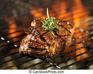 griglia, sopra, bistecca, cottura, fiammeggiante