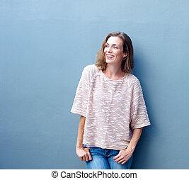grijs, glimlachende vrouw, achtergrond, vrolijke