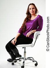 grijs, vrouw, peinzend, zittende , op, achtergrond, stoel