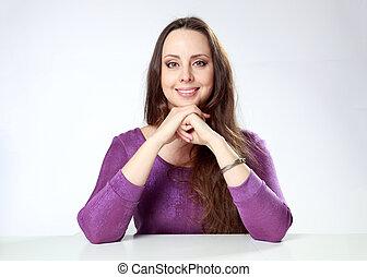 grijs, vrouw zitten, achtergrond, tafel, verticaal, het glimlachen