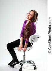 grijs, vrouw zitten, op, achtergrond, stoel, het glimlachen