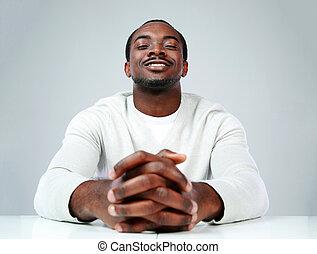 grijs, zittende , achtergrond, afrikaan, verticaal, man, tafel, vrolijke